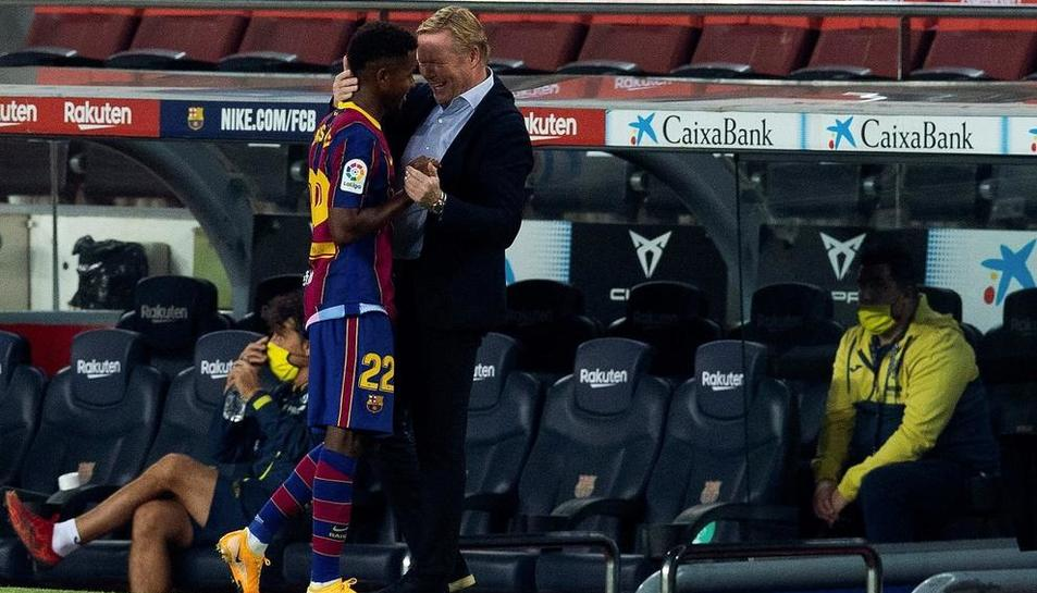 Ronald Koeman felicita Ansu Fati després d'anotar un dels seus dos gols amb què va contribuir, a més de forçar un penal, a la victòria del Barça en el debut de lliga.