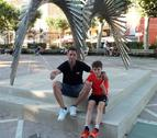 Joan Capdevila, divendres passat a Tàrrega, acompanyat del seu fill Gerard, també futbolista.