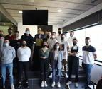Foto de família dels dotze aspirants i els organitzadors del concurs, ahir al Grup Rull de Lleida.
