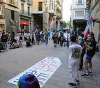 Mobilització contra la LGTBI-fòbia - En el marc del Dia Internacional contra la LGTBI-fòbia, una trentena de persones convocades per Colors de Ponent es van tornar a concentrar ahir a la plaça Paeria de Lleida per visibilitzar la discriminació ...