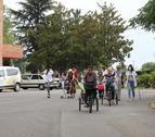 Els usuaris van arribar als jardins del Centre Geriàtric Lleida muntats en tricicles.