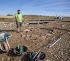 Ôscar Escala, de Iltirta Arqueologia, muestra el nuevo túmulo funerario (izquierda), y la restauradora Gemma Piqué limpia parte de un túmulo descubierto en 2015 (derecha).