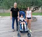 La petita Maria Orrit de Peramola, al costat del seu pare i la seua germana Marta, de 12 anys.