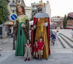 Els nens no van perdre l'ocasió de posar al costat dels gegants.