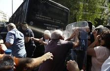 La Policia grega dispersa amb gas una manifestació de pensionistes