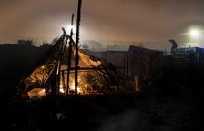 L'evacuació de Calais finalitza amb un incendi de barraques