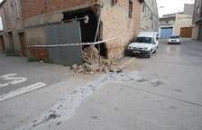 Greu després d'encastar el cotxe contra una casa a Vallfogona