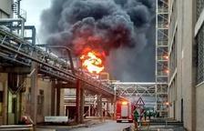 Un incendio en una fábrica en El Prat obliga a vecinos a confinarse