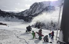 Más de mil esquiadores estrenan la temporada en Baqueira y las estaciones de nórdico de Lles, Tuixen-La Vansa y Sant Joan de l'Erm