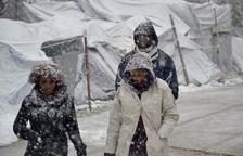 Més de 80 morts per l'onada de fred i alarma pels refugiats