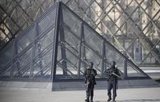 Un soldat abat un home que l'havia atacat a l'entrada del Louvre