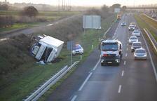 Vuelca un camión en la autovía A-2 en Castellnou de Seana