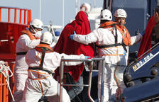 Rescatan a 34 personas de una patera en Almería
