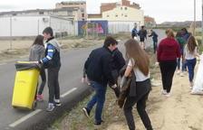 Alumnos de Torrefarrera limpian los accesos al instituto Joan Solà