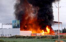 Crema en un espectacular foc als Alamús material d'una firma de reciclatge