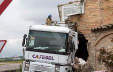 Un camió descontrolat destrossa una casa a la Segarra