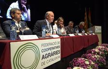 Ramon Sarroca, al costat de la consellera Meritxell Serret, es dirigeix a l'assemblea de la FCAC.