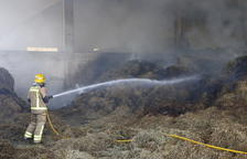 Arde paja en una granja en Vilanova de la Barca