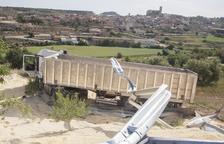 Un camión cae por un talud y corta 3 horas un carril de la C-14 en Ciutadilla
