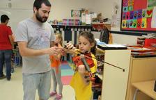 A l'escola, amb cartera i violí