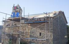Obres per reparar la teulada de l'església del nucli de Muller