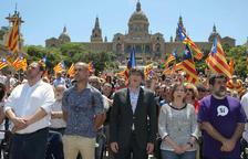 El vicepresident del Govern, l'entrenador Pep Guardiola, el president Puigdemont, la presidenta del Parlament i el líder de l'ANC, ahir.