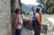 Quince jóvenes en un campo de trabajo en La Vall de Boí