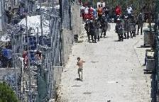 La policía griega reprime una protesta en el campo de refugiados en Lesbos