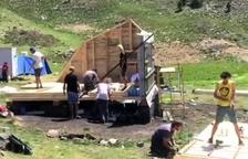 Estudiants d'Arquitectura aixequen una cabana de pastor
