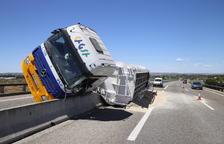 Bolca un camió i perd càrrega a l'A-2 a Alcoletge