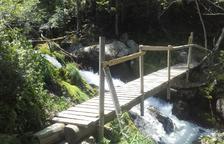 Reconstruyen la pasarela de acceso al refugio de Broate en Lladorre