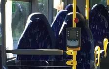 Un grupo de asientos vacíos de un autobús.