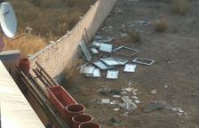 Roba ventanas y radiadores de un edificio en obras en Torrefarrera