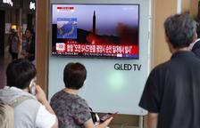 Pyongyang pressiona Occident amb un míssil que va sobrevolar el Japó