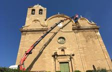 Alcarràs neteja els nius de cigonya de l'església
