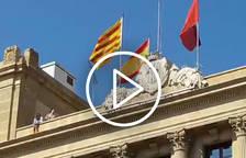 VÍDEO. Regidors d'ERC despengen la bandera espanyola de la Paeria