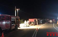 Cortada la A-2 en la Segarra al arder un tráiler de transporte de coches