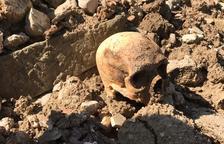 Un desprendimiento saca a la luz un cementerio en Castelló de Farfanya