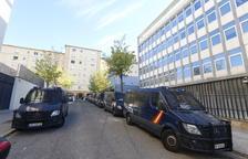 Furgons de la Policia Nacional, al costat de l'antic govern militar, davant del col·legi Lestonnac.