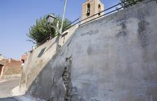 Reparen un mur a Sedó