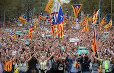 """Sota el lema """"Llibertat Jordi Sànchez i Jordi Cuixart. En defensa dels drets i les llibertats"""", gairebé mig milió de persones van omplir el centre de Barcelona."""