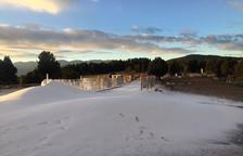 La neu artificial que ja s'ha produït a l'estació de Lles.