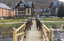 Vielha millora la passarel·la de fusta sobre la Garona