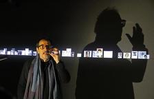 Óscar Muñoz, davant de l'audiovisual 'El Coleccionista', una de les obres que exhibeix la Sorigué.