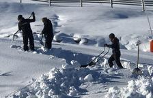 Els treballadors de Boí Taüll preparen l'estació per rebre els esquiadors aquest cap de setmana.