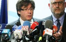 Puigdemont propone a Rajoy reunirse fuera de España