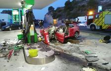 Moren dos joves després de xocar contra una gasolinera