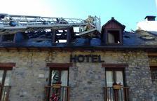 Un incendi destrossa habitacions i la teulada d'un hotel al Sobirà