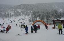 Molts aficionats van esquiar al Sobirà malgrat el mal temps.