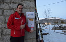 Ramon Sellés muestra las instrucciones que dará la estación de esquí para utilizar los 'croats'.